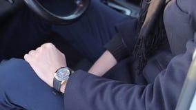 Montre-bracelet sur la main d'un homme d'affaires banque de vidéos