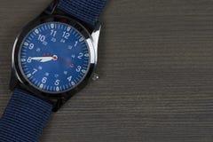 Montre-bracelet sur la table en bois avec l'espace de texte libre Image stock