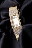 Montre d'or de femme avec des cristaux Photographie stock libre de droits