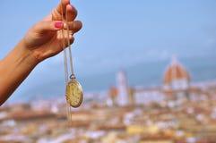 Montre d'or de poche au-dessus de Florence images libres de droits