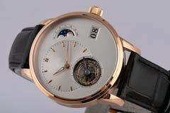 Montre d'or des hommes avec un cadran blanc, chronomètre dans le sens horaire d'or de chronographe avec un bracelet en cuir noir  photos libres de droits