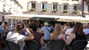 Montre de coupe du monde du football du football de l'Argentine de Frances en café banque de vidéos