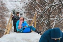 Montre de deux enfants en bas âge avec des glissières de neige Photo libre de droits