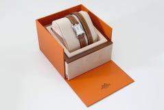 Montre de luxe de femmes de Hermes dans la boîte de présent de maison Photographie stock libre de droits