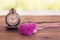 montre de poche antique de style de collier avec le coeur de tricotage de laine dessus Photo stock