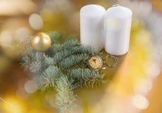 Montre de poche avec les bougies et la branche à feuilles persistantes Image stock