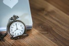 Montre de poche de luxe au-dessus du livre sur la table en bois avec l'espace de copie Photographie stock