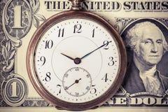 Montre de poche de vintage sur le billet de banque du dollar Image libre de droits