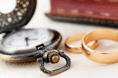 Montre de poche et anneaux de mariage Image libre de droits