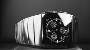 Montre du chronographe des hommes de luxe noirs photos libres de droits