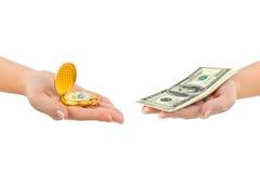 Montre et argent dans des mains Photos libres de droits