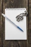 Montre et Pen On The Top Of le carnet Photographie stock