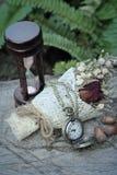 Montre et sablier de poche antiques avec les fleurs sèches Photo libre de droits