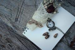 Montre et sablier de poche antiques avec les fleurs sèches Photos libres de droits