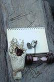 Montre et sablier de poche antiques avec les fleurs sèches Photographie stock libre de droits