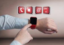 Montre intelligente émouvante d'homme d'affaires avec des apps photographie stock