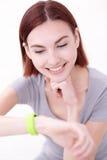 Montre intelligente de sembler de femme de sourire Photo libre de droits