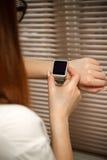 Montre intelligente sur une main femelle Photo stock