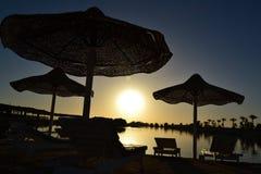 Montre le coucher du soleil du doigt Images libres de droits