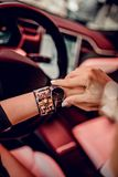Montre noire à la mode sur la main de femme Photos libres de droits