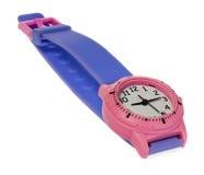 Montre rose avec une rayure pourpre Montre-bracelet sur un fond blanc Images libres de droits
