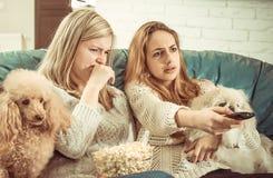 Montre TV à la maison Photos libres de droits