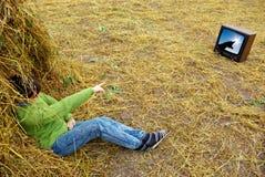 Montre TV de fille Photographie stock libre de droits