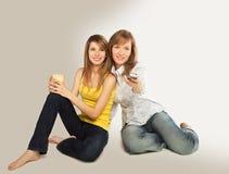 Montre TV de jeunes femmes Images stock
