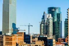 Montreal byggnader under konstruktion och kranar Arkivfoton