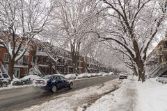 Montreal, CA - 4. Januar 2017: Autos und Bäume an bedeckt im Schnee Lizenzfreie Stockfotos