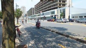 Montreal, CA-Juli 2013, Bromfiets en fietsers die in een stad het cirkelen steeg omzetten Royalty-vrije Stock Fotografie