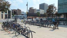 Montreal, CA luglio 2013, gruppo di bici nel parcheggio della bici immagine stock libera da diritti