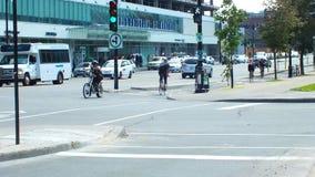 Montreal, CA luglio 2013, motociclisti che permutano in un vicolo di riciclaggio della città fotografia stock