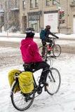 Montreal, CA, am 7. März 2016 Zwei Reitenfahrräder der Leute während des sno Stockbilder