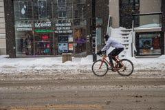 Montreal, CA, o 12 de dezembro de 2016 Bicicleta da equitação do homem no neig da extremidade da milha Fotografia de Stock