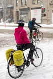 Montreal, CA, 7th Marzec 2016 Dwa ludzie jedzie rowery podczas sno Obrazy Stock
