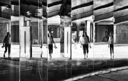 Montreal, Canadá 27 de julio: silhoute y reflexiones sobre un vidrio de gente en la calle en Montreal, Canadá en julio 27,2015 imágenes de archivo libres de regalías