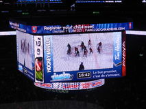 MONTREAL, CANADA, Kinderen toont Canadees en Amerikaans NHL-spel, het stadion van de centrumklok, Nationale Hockeyliga, de arena  stock afbeelding