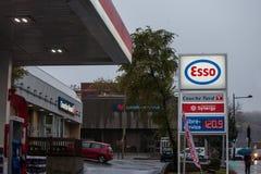 MONTREAL, CANADA - NOVEMBER 3, 2018: Esso-embleem voor één van hun benzinestations in Canada stock foto's