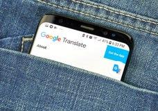 MONTREAL, CANADA - OKTOBER 4, 2018: Google vertaalt app op s8-het scherm Google is een Amerikaans technologiebedrijf dat a verstr royalty-vrije stock foto