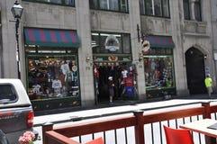 Montreal 26 de junio: Boutique de los recuerdos en Rue Notre Dame de Vieux Montreal en Canadá foto de archivo