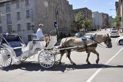 Montreal, el 26 de junio: Carro blanco para la visita turística en el centro Ville de Montreal en Canadá imagenes de archivo