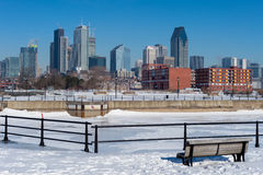 Montreal horisont i vinter från den Lachine kanalen Arkivbild