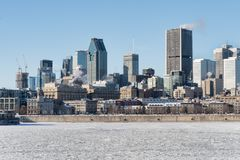 Montreal horisont och djupfrysta St Lawrence River Fotografering för Bildbyråer