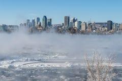 Montreal horisont och St Lawrence River i vinter Arkivbilder