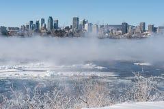Montreal horisont och St Lawrence River i vinter Royaltyfria Bilder
