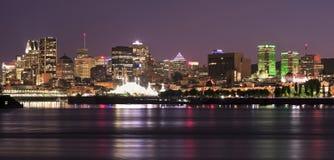 Montreal horisont och St Lawrence River på natten Fotografering för Bildbyråer