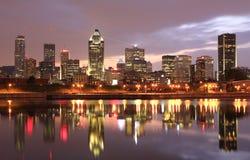Montreal horisont på skymning, Quebec, Kanada Arkivfoton