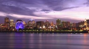 Montreal horisont som är upplyst på natten, Kanada royaltyfria bilder