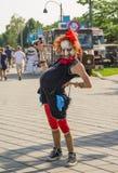 MONTREAL KANADA - AUGUSTI 10, 2014: Gravid kvinna i en maskering av en häxa i gatan av Montreal Royaltyfria Bilder
